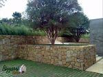 Vários platôs com vários muros de arrimo com pedras